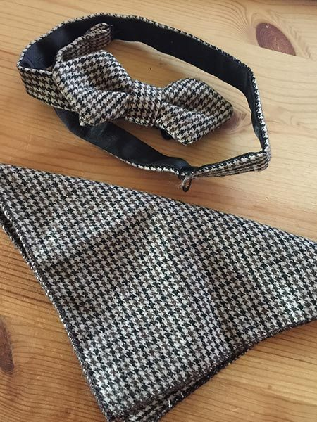 This is what is inside the packet when you open it. A bow tie that you can resize and the pocket square.